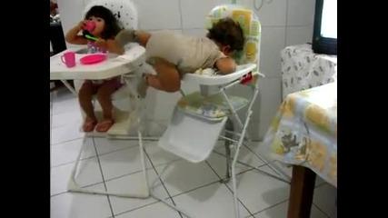 Бебе прави силово!
