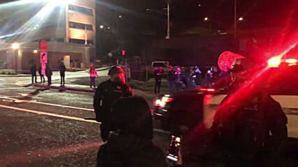USA: Tensions as Inauguration Day protesters vandalise Oregon's Democratic headquarters on