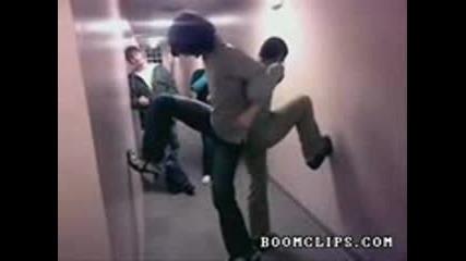 Смях: Двама идиоти изкачват коридора...