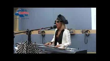 Lady Gaga пее Paparazzi на пиано