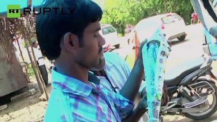 Индийски конгресмен изстреля фойерверки пълни с живи гълъби