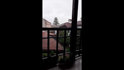 Пороен дъжд с градушка в Карлово