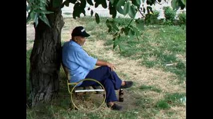 Странник на пейката с бира
