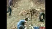 улогофрен измъдва човек с лопата и гума