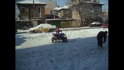 Валерио прави кръгове в снега с Аtv