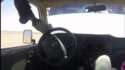 Мъж управлява волана от тавана на автомобила си