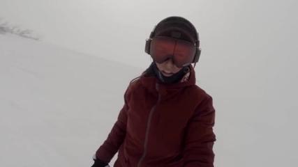 Мечка преследва сноубордистка, докато си прави селфи (ВИДЕО)