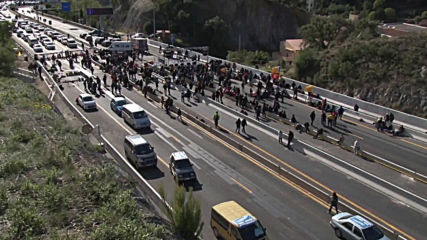 Spain: Catalan protesters block motorway to France