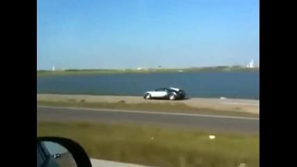 Bugatti Veyron Пада В Езеро