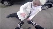 Моторист помага на паднала възрастна жена