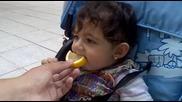 Малко Бебенце Яде Лимон