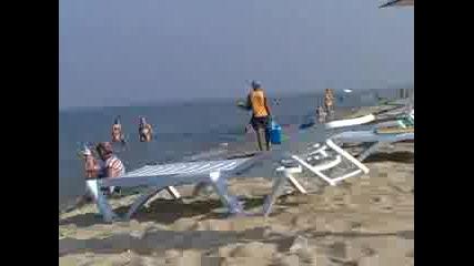 Кочаните На Азис ! [откачалките на плажа] 2010 :d