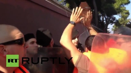 Greece: Police & pro-refugee protesters scuffle in Lesbos