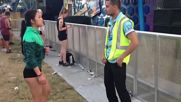 Tanzender Ordner Dancing security guard Hardstyle Bas Komiser Ekibiyle Birlikte Yetenek Sergiliyor