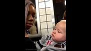 Реакцията на дете на снимка с тъмнокожо момиче