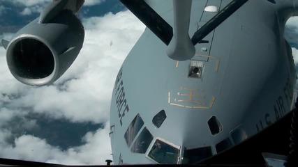 Презареждане във въздуха от K C -135 Stratotanker на C-17 Globemaster