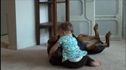 Бебе си играе с доберман