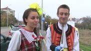 Ученици раздават карамфили, докато Пътна полиция проверява документите на шофьорите