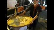 Впечатляващо! Уличен готвач от Шанхай успява да нареди бисквитките толкова равномерно