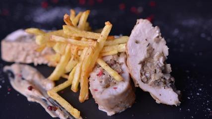 Goodlife: Пилешко филе с гъбена плънка и сос със синьо сирене