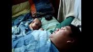 Бебе се изплашва докато спи от ...! - Смях