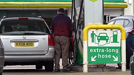 UK: Panic-buyers queue at petrol stations amid fuel shortage concerns