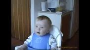 Бебе се къса от смях