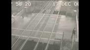 Човек минава на милиметри от влак