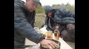 Катерица си хапва картофче от трапезата на ловци
