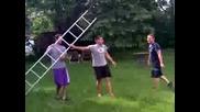 Как да се катериш по стълба, която не е подпряна никъде