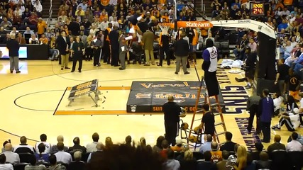 Баскетболист се забива в коша!смях!!!
