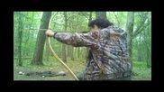 Целене по мишена дърво с примитивен индиански лък и стрела.
