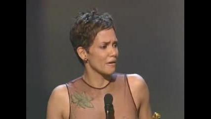 Холи Бери Реагира Много Емоционално На Награждаването На Оскарите