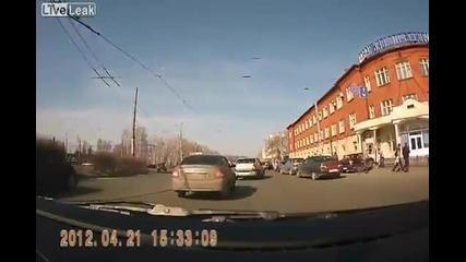 Тъпа шофьорка блъска хора на пътя