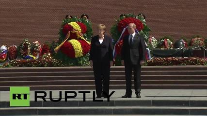 Русия: Меркел полага венци на гроба на Незнайния войн в Москва