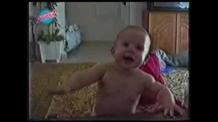 Бебе Се Прави Че Плаче