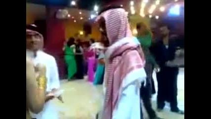 Арабин засипва певица с пари