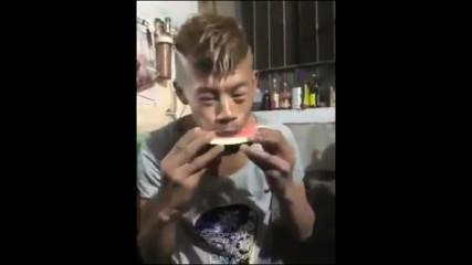 Професионално ядене на диня