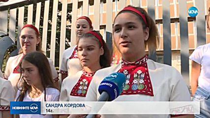 Детски хор излезе на протест пред националното радио