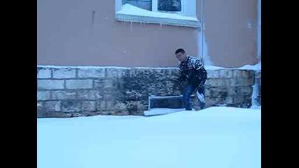 Скачане С Главата На Доло В Снега.avi