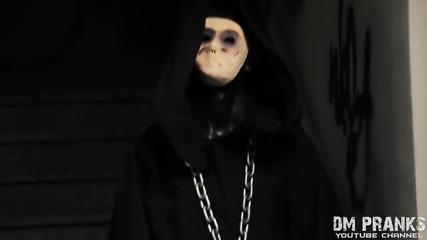 Психар плаши минувачи в подлеза .. Страшна скрита камера