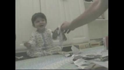 Бебе се смее яко