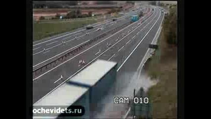 Тир се престроява и отнася кола