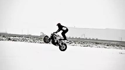 Каране На Пистов Мотор Върху Сняг