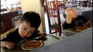 Близнаци заспиват над храната си