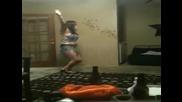 Пияно момиче пада върху маса