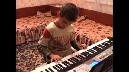 Жорко (7 г.) Свири На Синтезатор