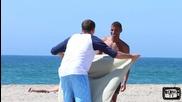 Непознат прекарва сладки сънища с хората на плажа