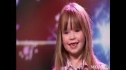 малко момиченце пее супер