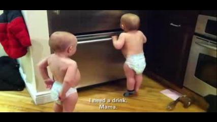 Две малки бебета смях до сълзи